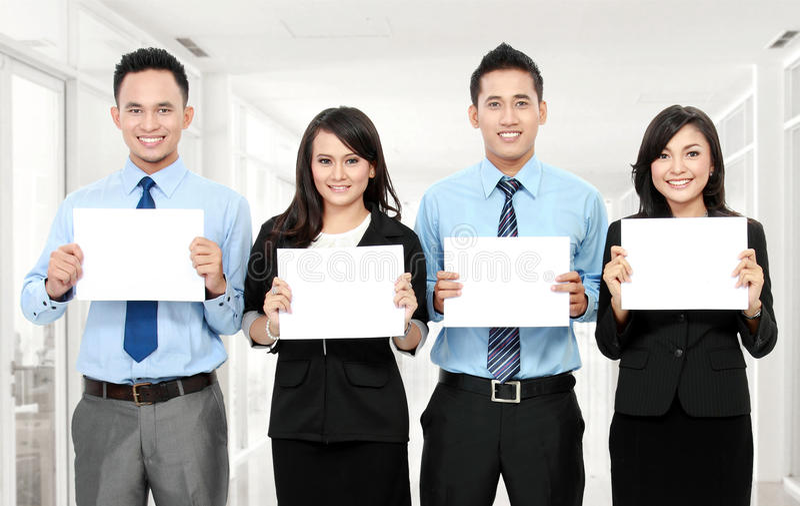 Gruppo di affari che tiene documento in bianco fotografie stock libere da diritti