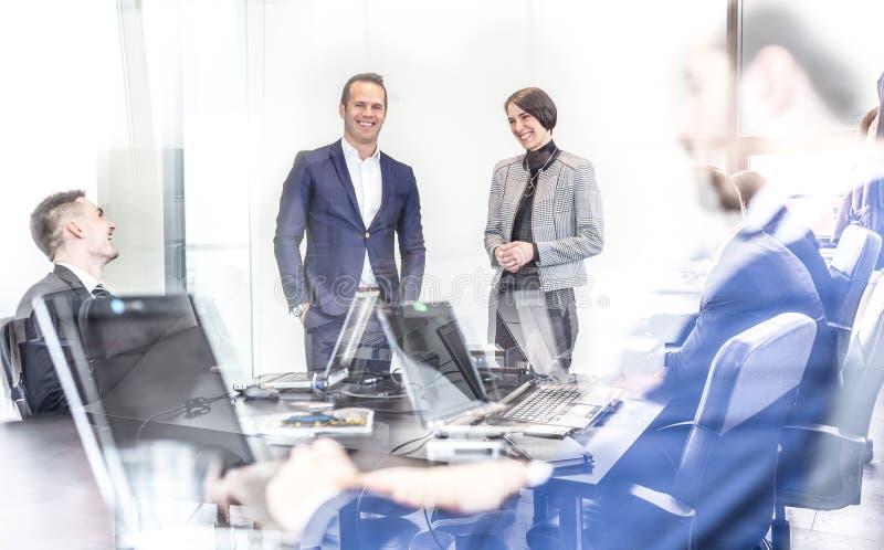 Gruppo di affari corporativi che ha riunione informale dell'ufficio immagini stock