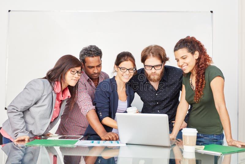 Gruppo di affari nei corsi d'informatica fotografia stock libera da diritti