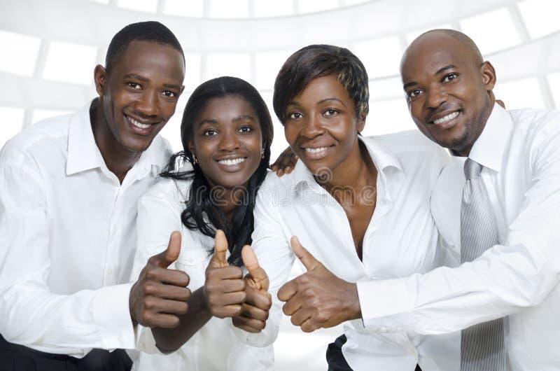 Gruppo di affari/pollici africani degli studenti su fotografia stock