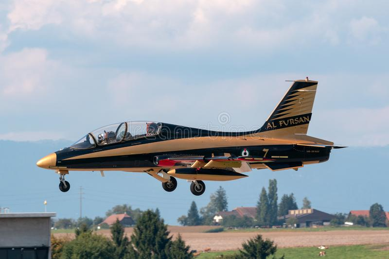 Gruppo di Al Fursan Aerobatic dall'aeronautica degli Emirati Arabi Uniti che pilota l'aereo di addestramento del getto di Aermacc fotografia stock