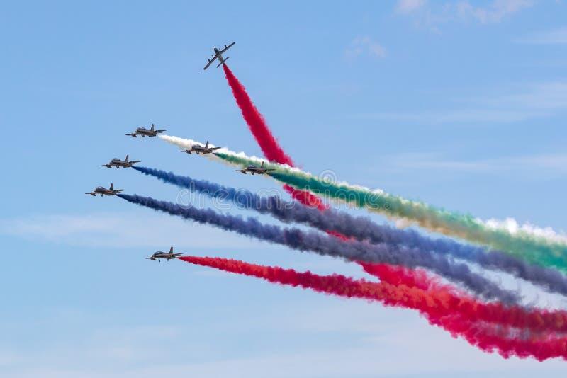Gruppo di Al Fursan Aerobatic dall'aeronautica degli Emirati Arabi Uniti che pilota l'aereo di addestramento del getto di Aermacc immagini stock
