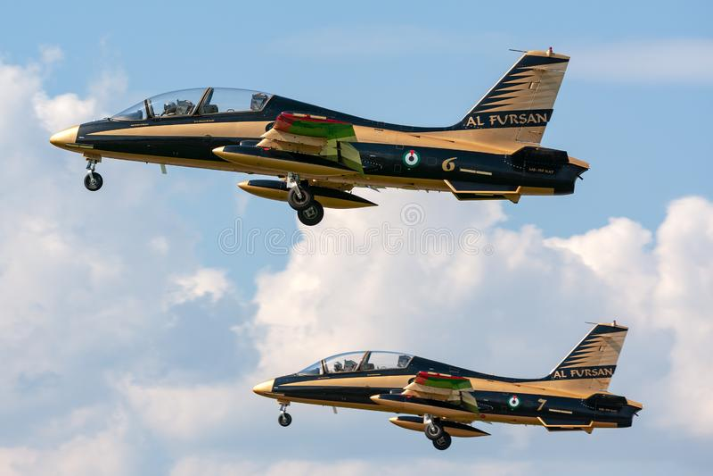 Gruppo di Al Fursan Aerobatic dall'aeronautica degli Emirati Arabi Uniti che pilota l'aereo di addestramento del getto di Aermacc immagine stock libera da diritti