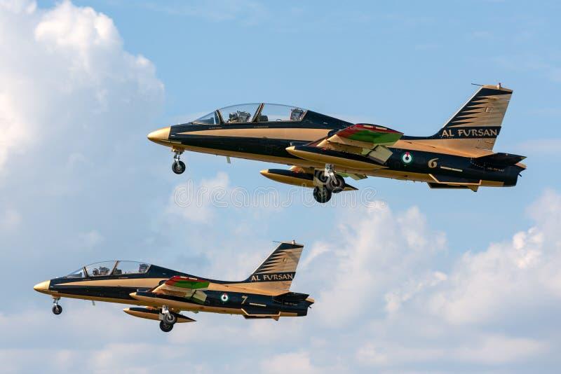 Gruppo di Al Fursan Aerobatic dall'aeronautica degli Emirati Arabi Uniti che pilota l'aereo di addestramento del getto di Aermacc fotografie stock libere da diritti