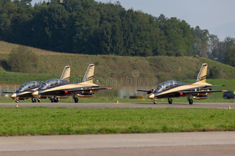 Gruppo di Al Fursan Aerobatic dall'aeronautica degli Emirati Arabi Uniti che pilota l'aereo di addestramento del getto di Aermacc fotografie stock