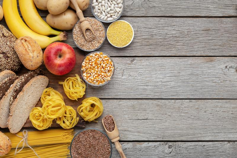 Gruppo di alimento dei carboidrati ed intero su legno fotografie stock