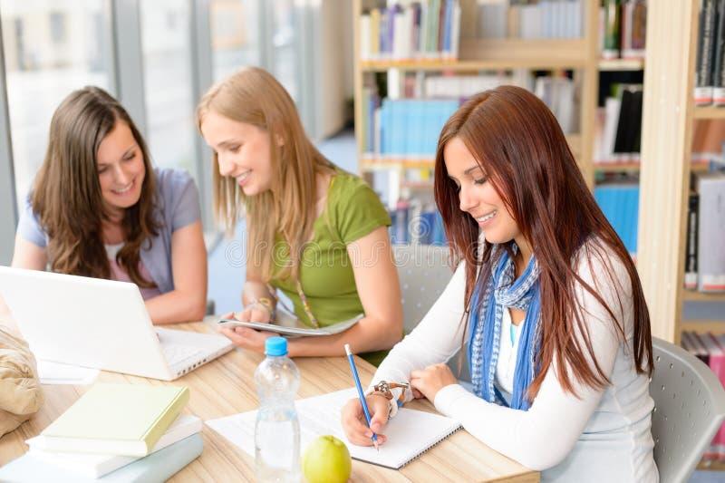 Gruppo di allievi che si siedono alla stanza di studio fotografia stock libera da diritti