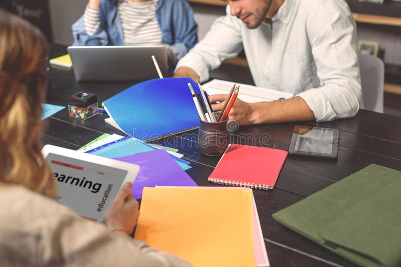 Gruppo di allievi che studiano insieme immagine stock