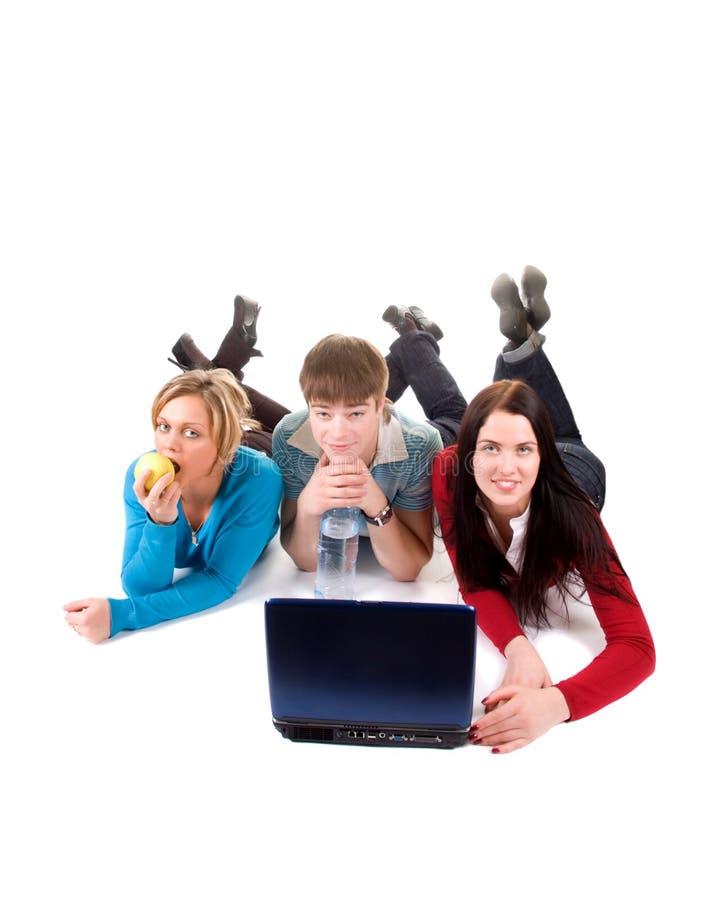 Gruppo di allievi felici con il computer portatile immagini stock libere da diritti