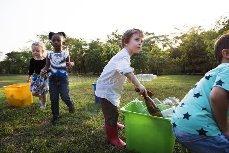 Gruppo di ambiente di carità del volontario della scuola dei bambini fotografie stock