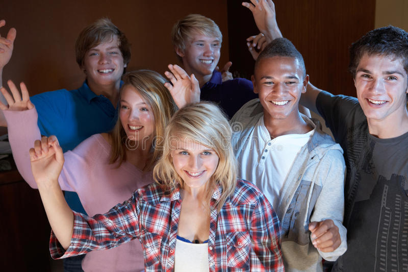 Gruppo di amici adolescenti che ballano e che bevono immagini stock