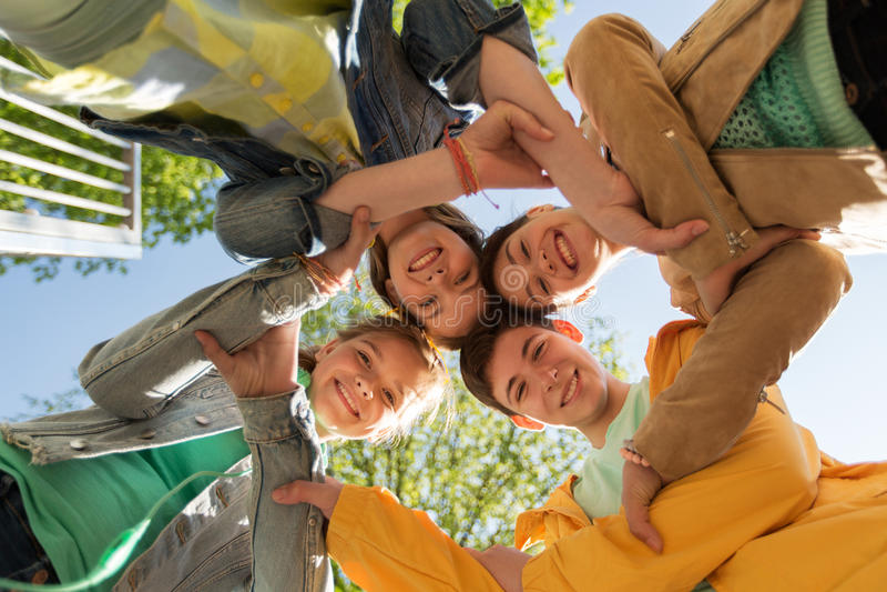 Gruppo di amici adolescenti felici fotografia stock