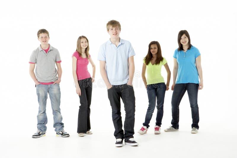 Gruppo di amici adolescenti in studio fotografia stock