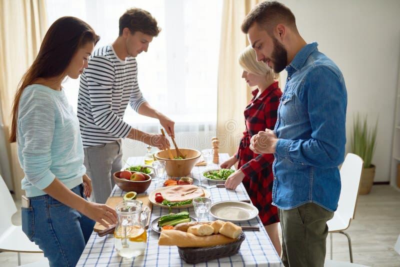 Gruppo di amici che fanno cena immagine stock libera da diritti