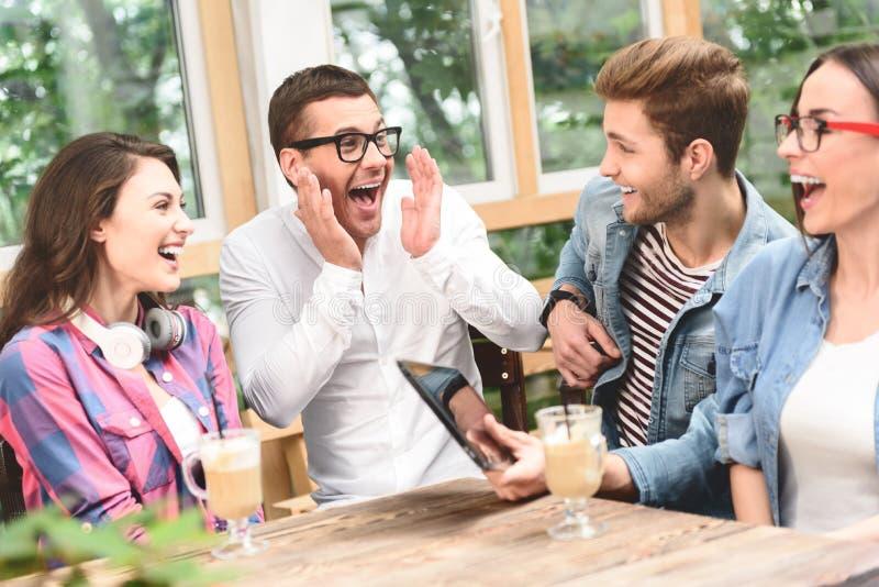Gruppo di amici che godono che parla insieme fotografie stock