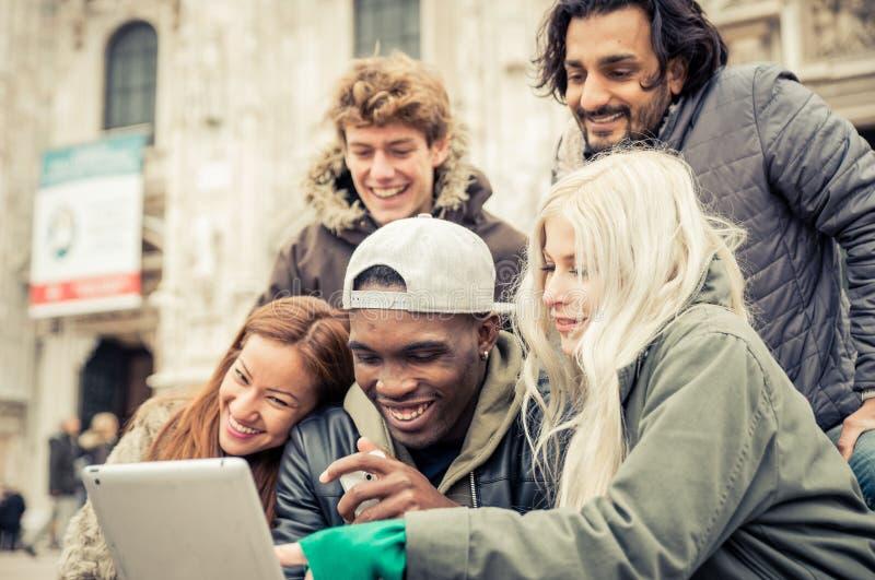 Gruppo di amici che guardano i video divertenti fotografia stock