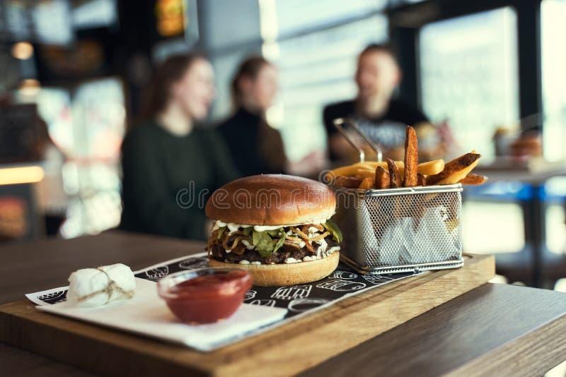 Gruppo di amici che mangiano in fast food fotografia stock libera da diritti