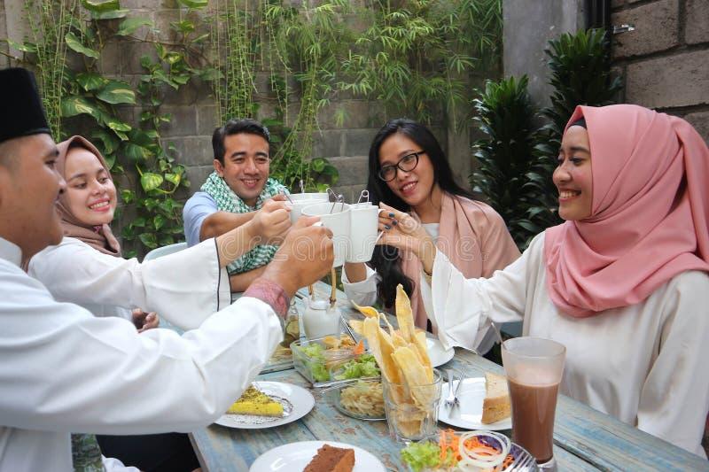 Gruppo di amici che mangiano il pane tostato del tè durante la celebrazione del Ramadan immagine stock libera da diritti