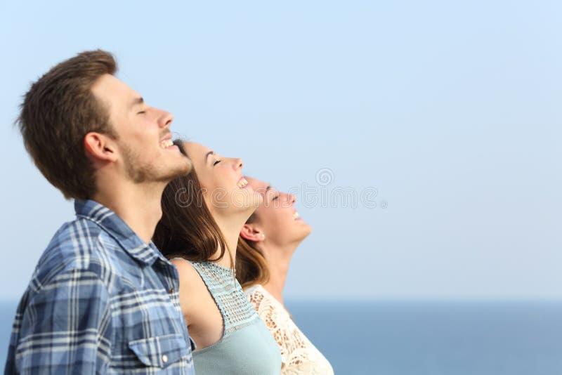 Gruppo di amici che respirano aria fresca profonda immagine stock