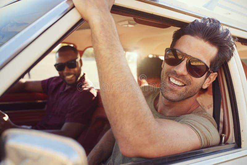 Gruppo di amici che si rilassano in automobile durante il viaggio stradale fotografia stock