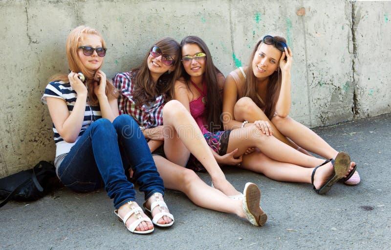 Gruppo di amici che sorridono all'aperto fotografie stock libere da diritti