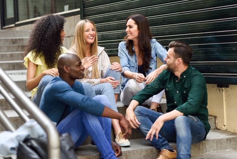 Gruppo di amici divertendosi insieme all'aperto immagini stock