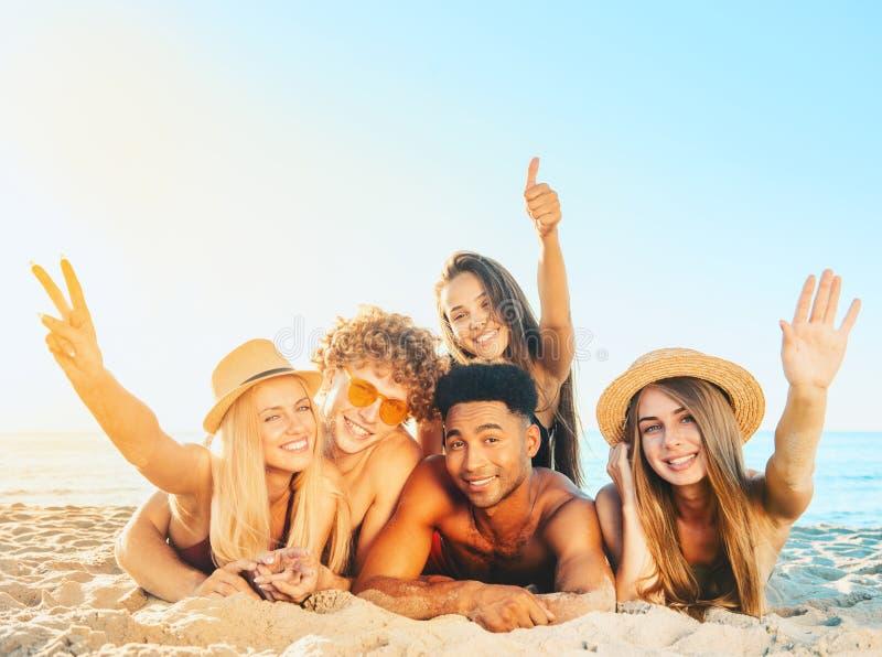Gruppo di amici divertendosi sulla spiaggia fotografie stock libere da diritti