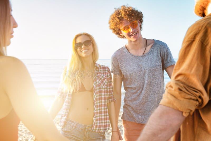 Gruppo di amici divertendosi sulla spiaggia Concetto di estate immagine stock libera da diritti