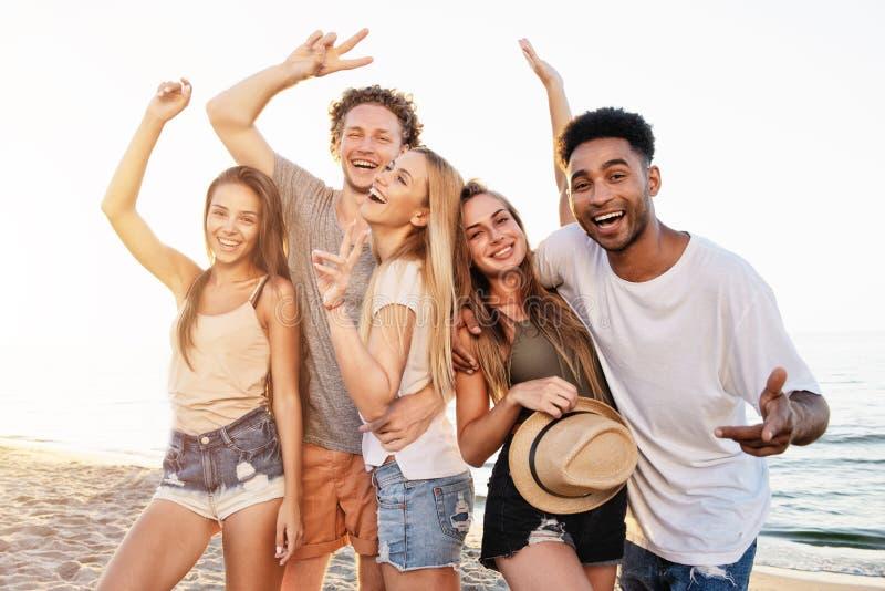 Gruppo di amici divertendosi sulla spiaggia Concetto di estate fotografie stock