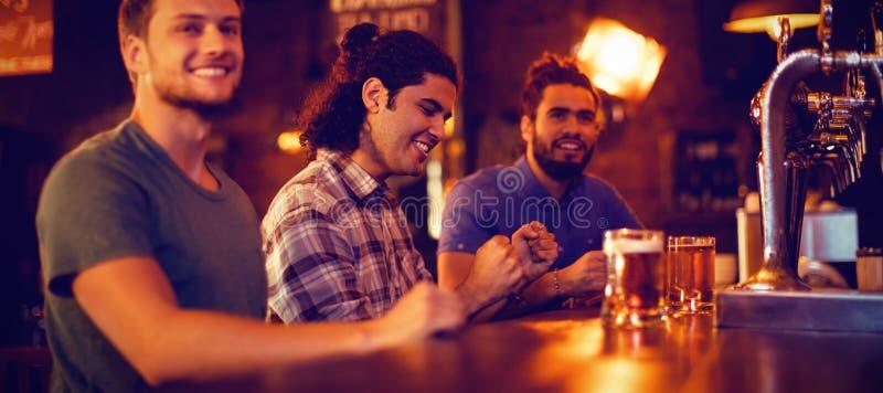 Gruppo di amici maschii che guardano la partita di calcio immagine stock libera da diritti