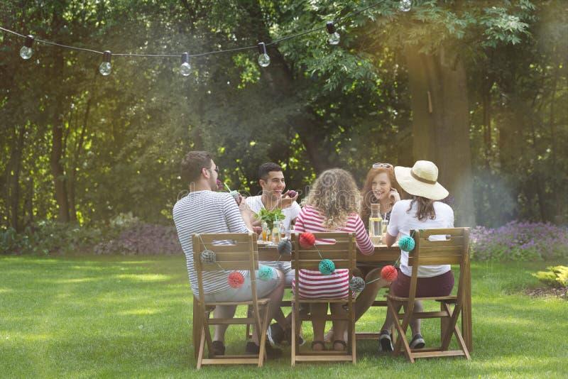 Gruppo di amici multiculturali divertendosi durante la festa di compleanno fotografia stock libera da diritti