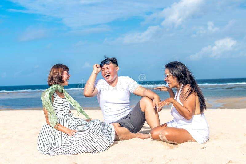 Gruppo di amici multirazziali divertendosi sulla spiaggia dell'isola tropicale di Bali, Indonesia fotografia stock libera da diritti
