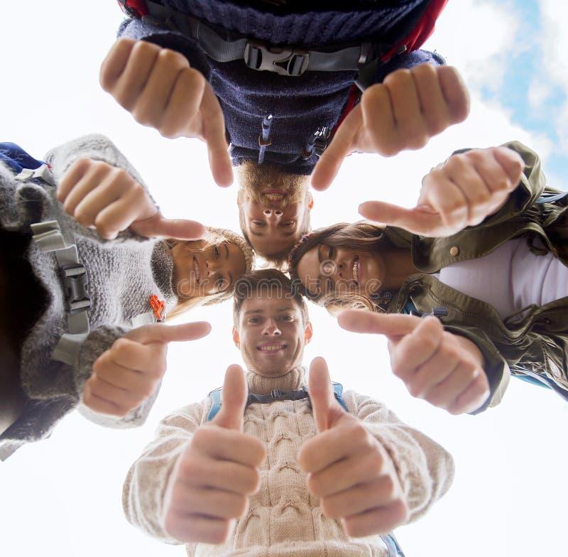 Gruppo di amici sorridenti con l'escursione degli zainhi immagini stock