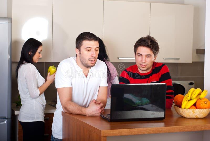 Gruppo di amici in una cucina fotografie stock