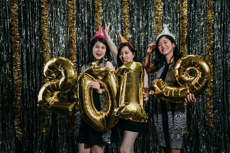 Gruppo di amico che balla che tiene un numero di 2019 colori immagini stock