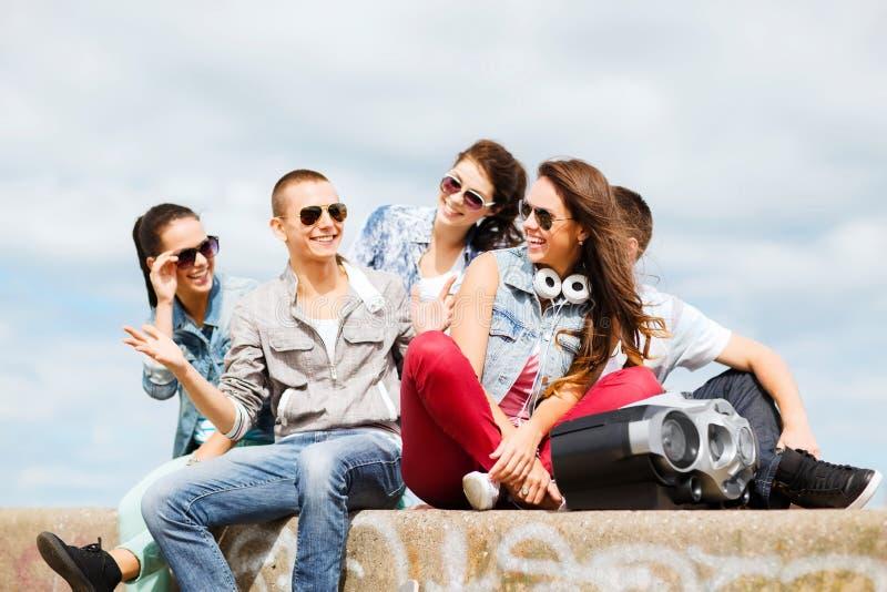 Gruppo di andar in giroe degli adolescenti fotografia stock libera da diritti
