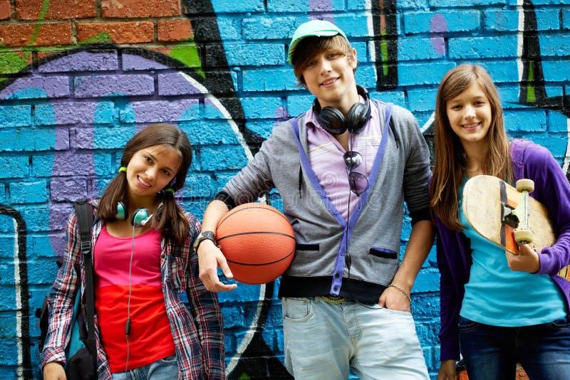 Gruppo Di Anni Dell Adolescenza Fotografia Stock