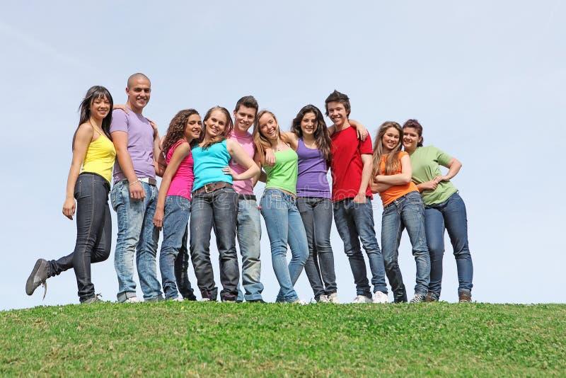 Gruppo di anni dell'adolescenza al campeggio estivo immagini stock libere da diritti
