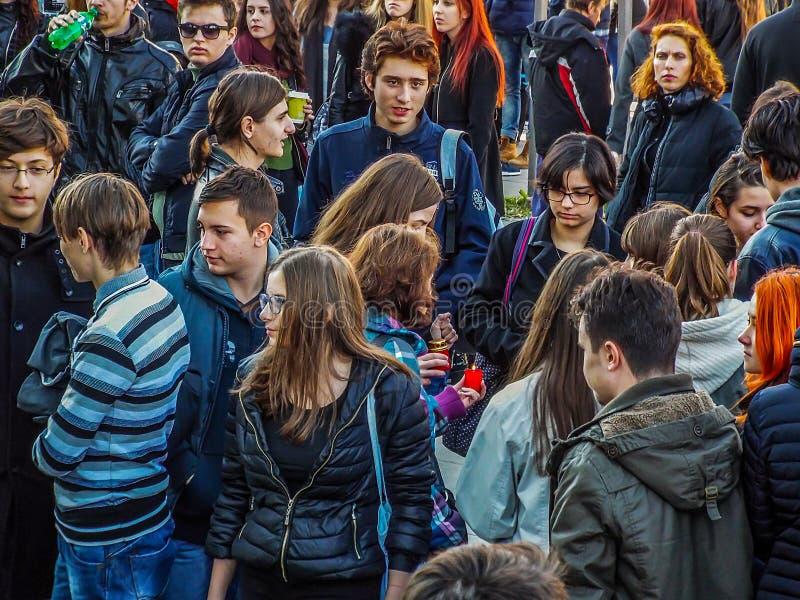 Gruppo di anni dell'adolescenza in folla fotografia stock