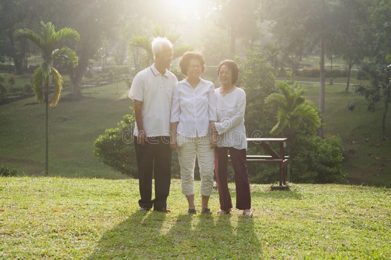Gruppo di anziani asiatici che camminano ad all'aperto fotografie stock