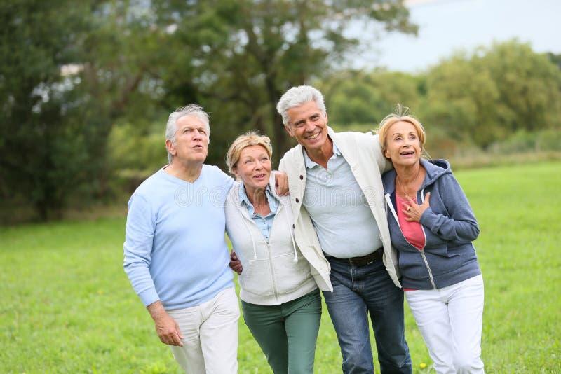 Gruppo di anziani che hanno una passeggiata in natura fotografie stock