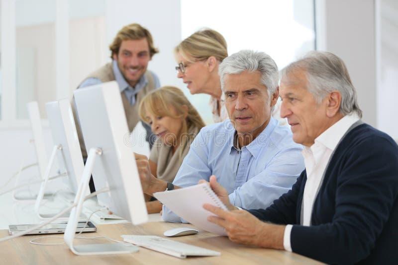 Gruppo di anziani nel corso di formazione di affari fotografia stock