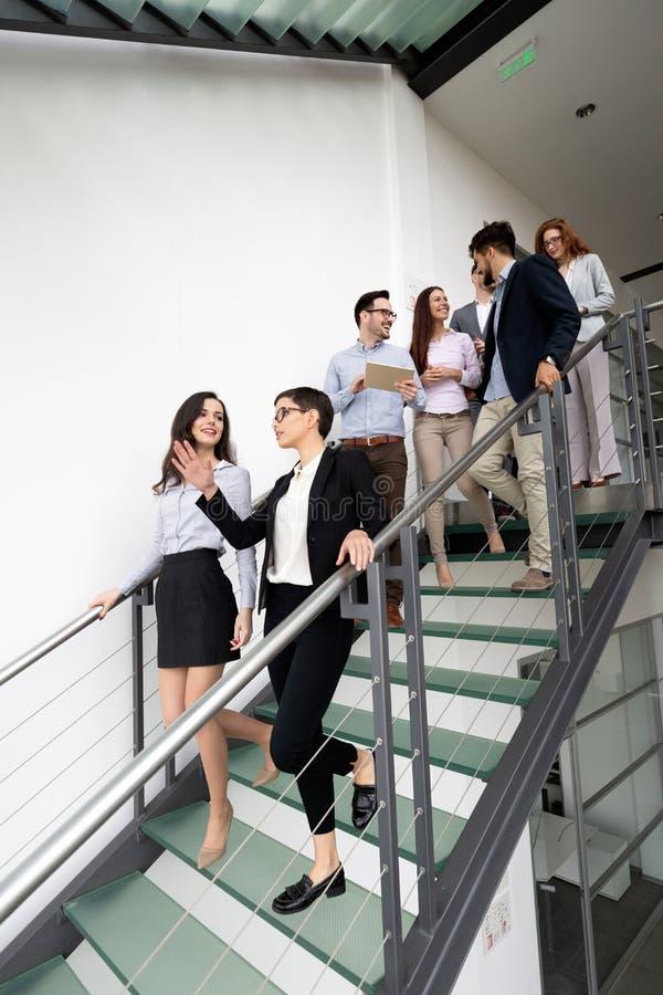Gruppo di architetti e di gente di affari che lavorano insieme fotografia stock libera da diritti