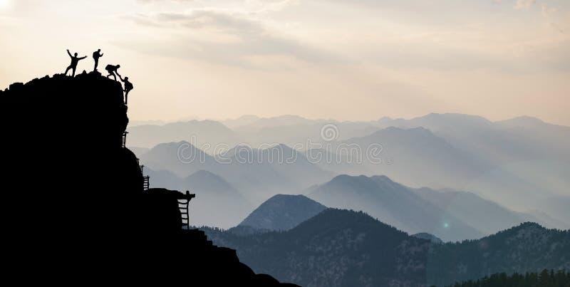 Gruppo di arrampicata che raggiunge cima fotografia stock libera da diritti