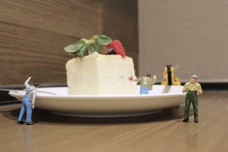 Gruppo di artigiani miniatura minuscoli che lavorano insieme immagini stock