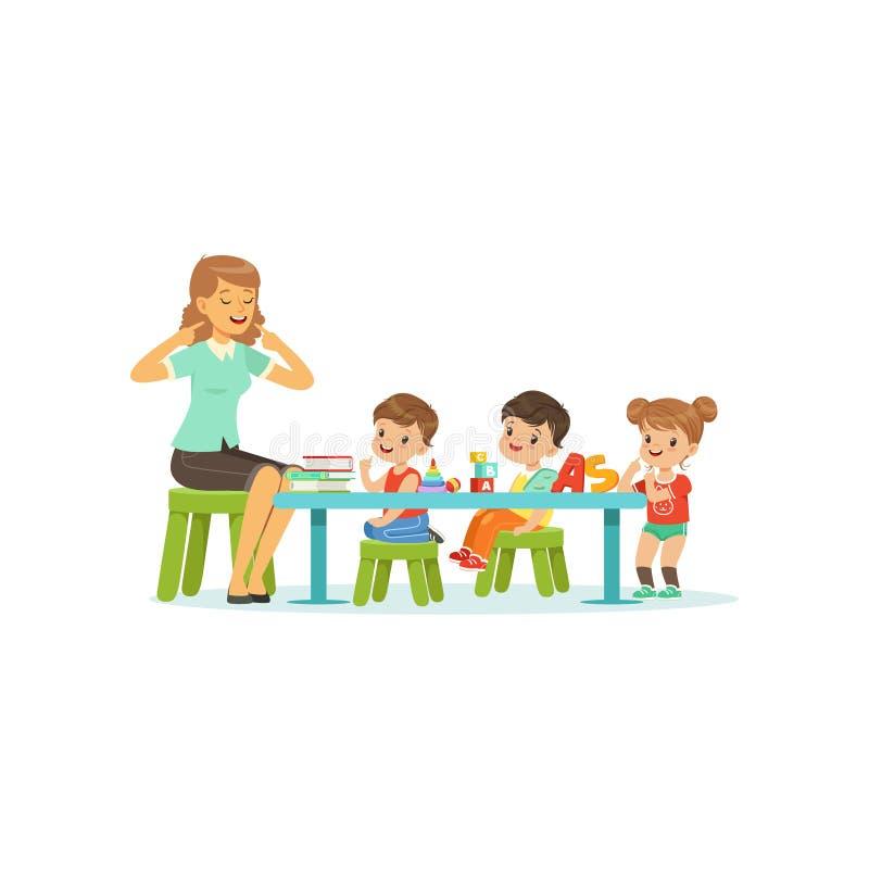 Gruppo di asilo di bambini, di ragazzi e di ragazza facenti gli esercizi per sviluppo di discorso con il terapista Flat della don illustrazione di stock