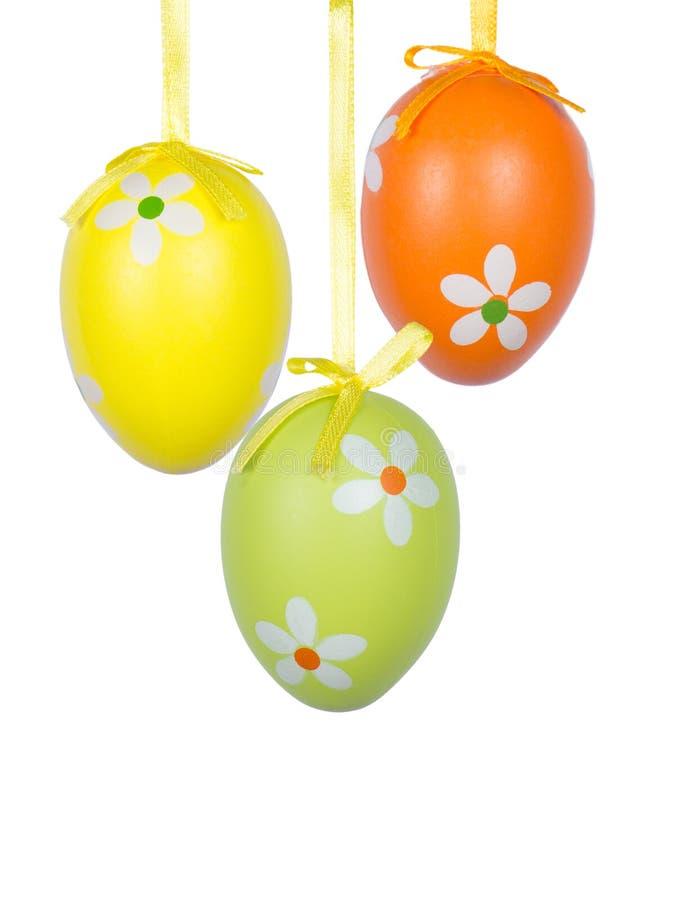 Gruppo di attaccatura delle uova di Pasqua su un fondo bianco fotografia stock libera da diritti