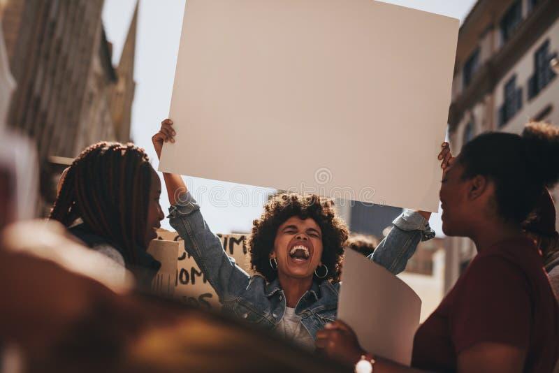 Gruppo di attivista che dimostra sulla strada immagini stock