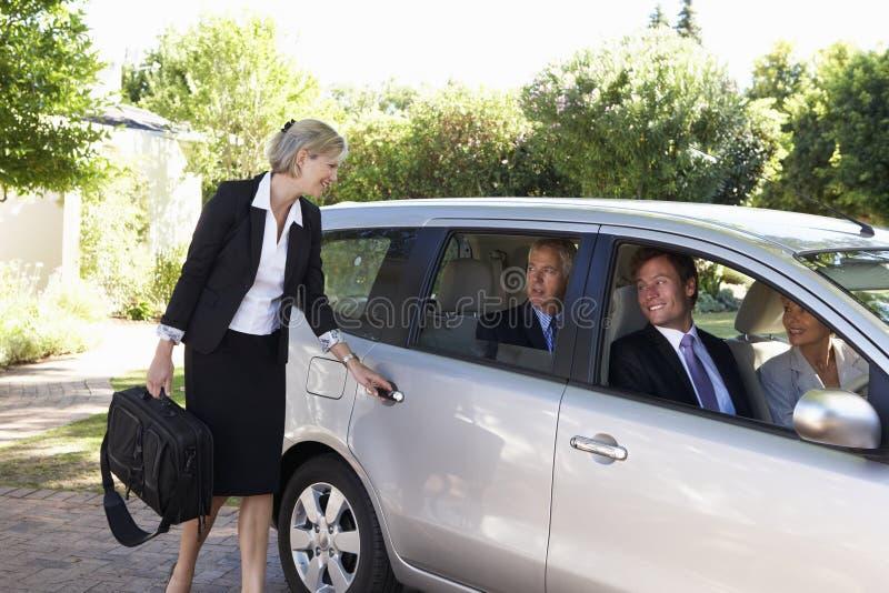 Gruppo di automobile dei colleghi di affari che riunisce viaggio nel lavoro immagine stock libera da diritti