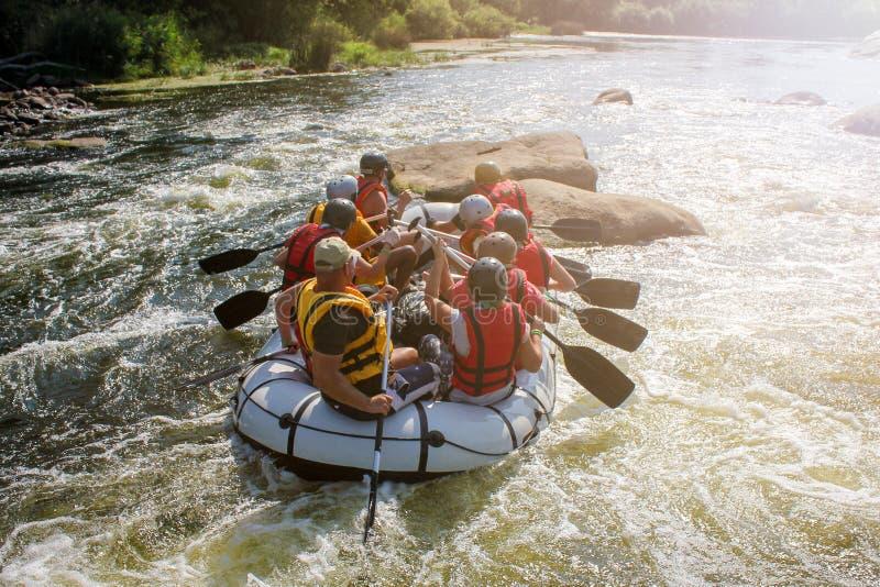 Gruppo di avventuriere che gode del rafting dell'acqua immagine stock